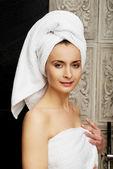 浴室で自然な美しい女性. — ストック写真