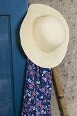 Sluneční klobouk, zástěru a rýč — Stock fotografie