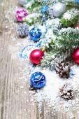 雪の中のクリスマスの装飾 — ストック写真