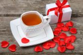 Cup of tea, cake and red hearts  — Stock Photo