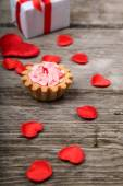 Holidays gift, cake and red heart — Stock Photo