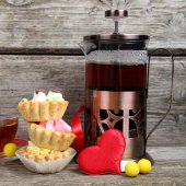 Cup of tea, cakes and red hearts  — Stock fotografie