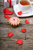 Cup of tea, cake and red heart  — Stock Photo