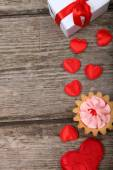Holidays gift,cake and red heart  — Stock Photo