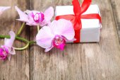 Holidays gift and orchid — Photo