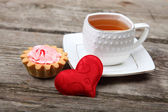 Cup of tea, cake and red heart  — Zdjęcie stockowe
