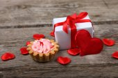 Holidays gift,cake and red heart  — Zdjęcie stockowe