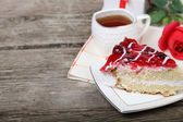 Cup of tea, piece of cake and red rose  — Foto de Stock