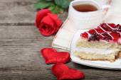 Cup of tea, piece of cake and red heart  — Fotografia Stock