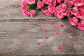 Bukett med rosa rosor och hjärtan — Stockfoto