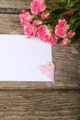 Buket pembe Gül, kalp ve tebrik kartı — Stok fotoğraf