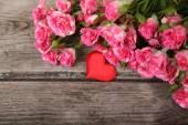 Buquê de rosas e coração — Fotografia Stock