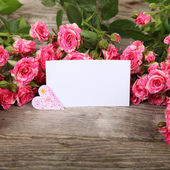 Bouquet de rosas, coração e cartão — Fotografia Stock