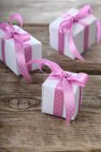 Gift box with pink and lilac ribbons — Zdjęcie stockowe