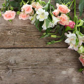 Bouquet de fleurs roses et blanches — Photo