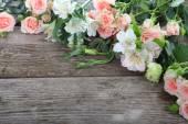 Buquê de flores-de-rosa e brancas — Fotografia Stock