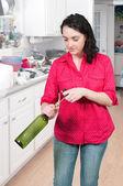 Kvinna öppning vin — Stockfoto