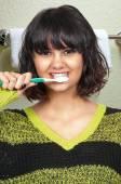 Hermosa mujer cepillarse los dientes — Foto de Stock