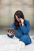 女性のベッドで読書 — ストック写真