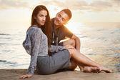 привлекательные пара на пляже — Стоковое фото