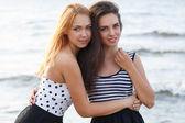 Jolies filles sur la plage — Photo