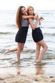 Sahilde güzel kızlar — Stok fotoğraf