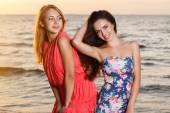 Cute meisjes op het strand — Stockfoto