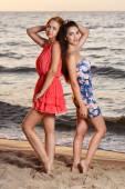 милые девушки на пляже — Стоковое фото