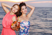 Garotas bonitas na praia — Foto Stock
