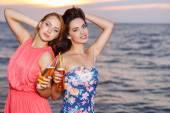 Hübsche mädchen am strand — Stockfoto