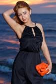 Hermosa chica en la playa — Foto de Stock