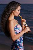 Sahilde güzel bir kız — Stok fotoğraf
