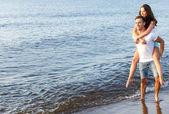 可爱的情侣在沙滩上 — 图库照片