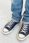 Legs in classic sneakers — Stock Photo
