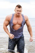 Bodybuilder in torn shirt — Stock Photo