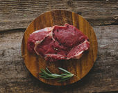 Raw steak with rosemary and peppercorn — Stockfoto