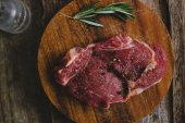 Raw steak with rosemary and peppercorn — ストック写真