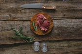 Raw steak with rosemary and peppercorn — Stock fotografie