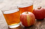 Glasses of apple juice and fresh apples — Stock Photo