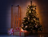 Shiny Christmas tree with gifts — Stock Photo