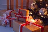 Brillante árbol de Navidad con regalos — Foto de Stock
