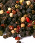 Heap of peppercorn on a white — 图库照片