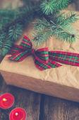 Рождественский подарок на полу — Стоковое фото