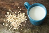 Cup of milk and oatmeal — Stock Photo