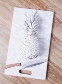 Weiße Ananas auf dem Brett — Stockfoto