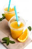 Zwei gläser orangensaft — Stockfoto