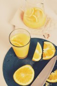 апельсиновый сок на столе — Стоковое фото