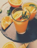 Orangensaft auf dem tisch — Stockfoto