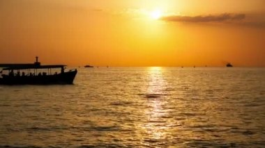 小船在海上漂浮 — 图库视频影像