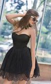黑裙子的女人 — 图库照片